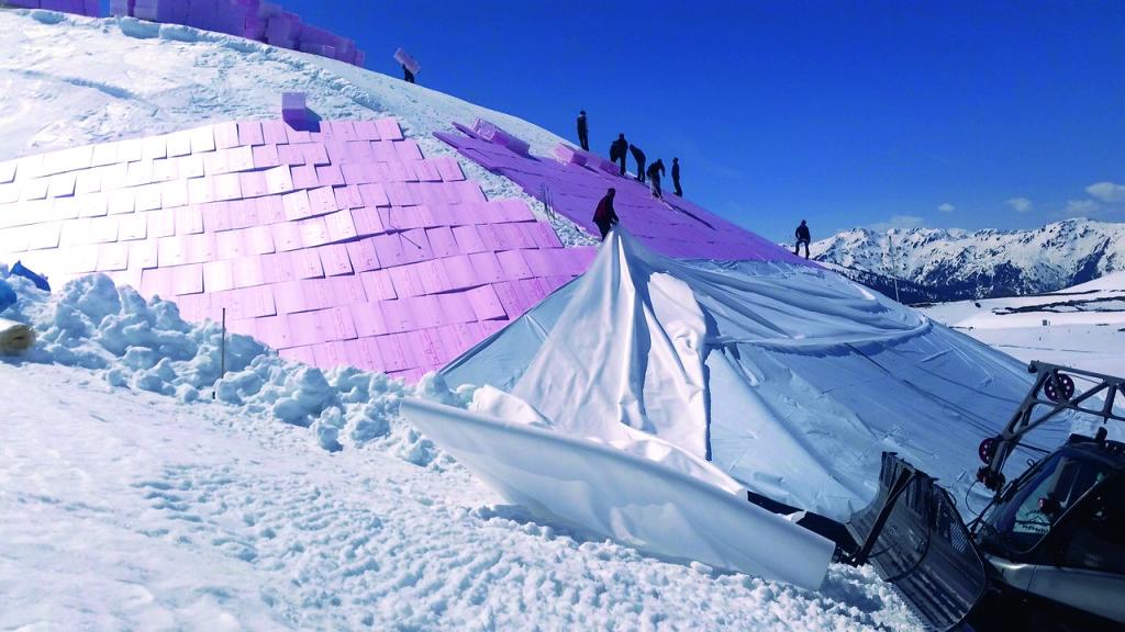 Für die Verpackung vom Schneedepot waren ca. 20 Mann 3 Tage lang beschäftiftigt mit Unterstützung freiwilliger Helfer.