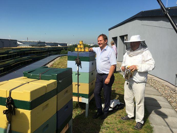 Honig-Verkostung auf dem Dach der Umweltbehörde. Umweltsenator Jens Kerstan und der Hamburger Imker Peter Hornberger überzeugten sich von der Qualität des Honigs. (Bild: BUE)