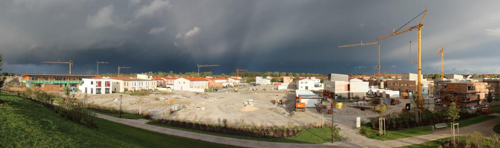 Neubaugebiet vor Gewitter Michael Lorenzet  / pixelio.de