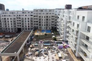 Der Blick von ganz oben zeigt die Arbeiten an den Dachflächen im Innenhof, die nach dem Umkehrdach-Prinzip gedämmt wurden. Bildnachweis: JACKON Insulation GmbH und Gregor
